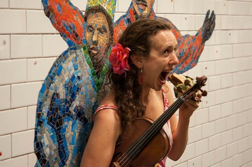 Violinist eats sandwhichDSC_9225